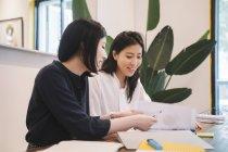 Молоді азіатські жінки працюють у творчих сучасні офісні — стокове фото