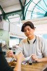 Молода пара їжі разом у кафе — стокове фото