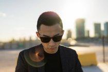 Портрет молодого азиата в солнечных очках — стоковое фото