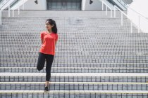 Jeune femme sportive asiatique, faire de l'exercice en plein air — Photo de stock