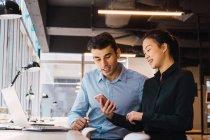 Jovens empresários adulto trabalhando no escritório moderno — Fotografia de Stock