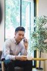 Молодой азиат с кофе умный — стоковое фото
