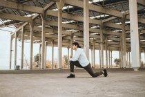 Giovane uomo asiatico che allunga all'aperto — Foto stock