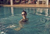 Красиві азіатські брюнетки поплавати в басейні — стокове фото