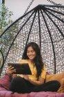 Молоді азіатські жінки за допомогою планшетного ПК у творчих сучасні офісні — стокове фото