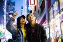 Jovem asiático casal no tempo quadrado — Fotografia de Stock