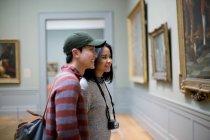 Touristes asiatiques dans The Metropolitan Museum of Art, New york — Photo de stock