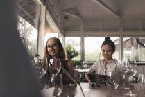 Due giovani belle donne asiatiche trascorrere del tempo in caffè — Foto stock