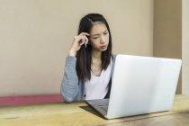 Uma mulher chinesa olhando estressado sobre o trabalho . — Fotografia de Stock