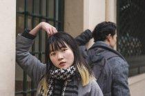 Giovane attraente casual asiatico coppia su città strada — Foto stock