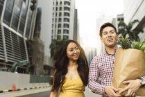 Junge chinesische paar am Einkaufen — Stockfoto