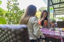 Zwei junge Damen genießen die Früchte. — Stockfoto