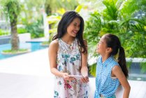 Glücklich asiatische Mutter und Mädchen mit Smartphone — Stockfoto