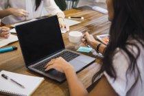 Jovem mulher asiática trabalhando com laptop no escritório moderno criativo — Fotografia de Stock