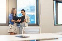 Красивые молодые азиатские женщины, работающие вместе в современном офисе — стоковое фото