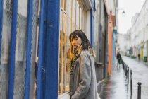 Giovane attraente casuale asiatico donna su città strada — Foto stock