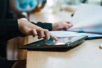 Imagem cortada de mulher de negócios bem sucedida usando tablet digital no escritório moderno — Fotografia de Stock