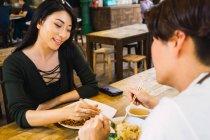 Молода пара їжі в кафе — стокове фото