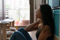 Vue latérale de jeune attrayant asiatique femme — Photo de stock