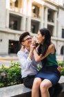 Junge Erwachsene Business-Paare, die Spaß im freien — Stockfoto