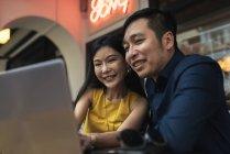 Щасливі молода пара азіатських використовуючи ноутбук разом — стокове фото