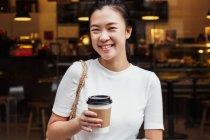 Jovem atraente asiático mulher com café xícara — Fotografia de Stock