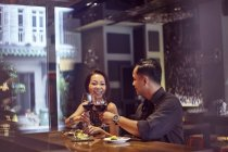 Jeune couple asiatique, passer du temps au restaurant — Photo de stock
