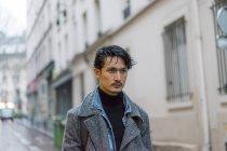 Привлекательные случайные азиатских юноша в пальто на улице — стоковое фото
