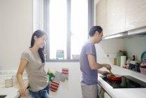 Madura pareja casual asiática cocina juntos, preparación de alimentos del hombre - foto de stock