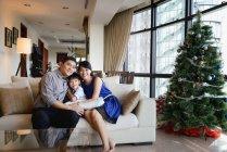 Портрет азиатской семьи, празднующей Рождество — стоковое фото
