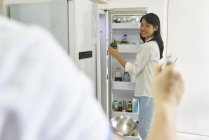 Heureux jeune asiatique famille cuisine ensemble à cuisine — Photo de stock