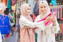 Видув мусульманських в магазин тканини — стокове фото