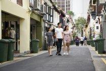 Молодые люди идут по городской улице — стоковое фото