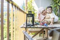 Avó brincando com seu neto em casa — Fotografia de Stock