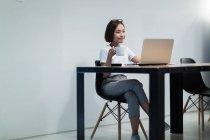 Молодая азиатка, работающая в современном офисе — стоковое фото