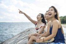 Tre giovani signore che si rilassano in spiaggia . — Foto stock