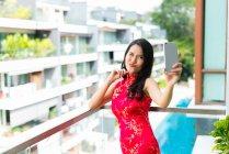 Glückliche asiatische Frau macht Selfie auf Smartphone — Stockfoto