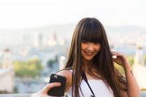 Азіатських Європи брюнетки беручи selfie — стокове фото