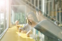 Junge asiatische paar beim Datum im Café mit Getränk — Stockfoto