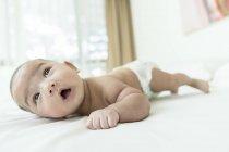 Bébé couché sur son ventre à la maison — Photo de stock