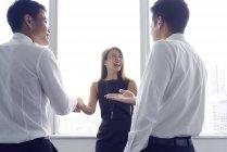 Jeune asiatique femme d'affaires à la réunion d'affaires au bureau moderne — Photo de stock