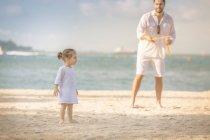 Feliz jovem pai e filha passar tempo juntos na praia — Fotografia de Stock