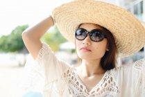 Retrato de hermosa joven asiática mujer en paja sombrero - foto de stock