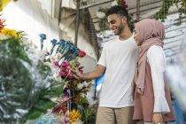 Giovane coppia musulmana shopping per fiori . — Foto stock