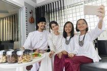Счастливая семья празднует хари райя дома — стоковое фото