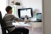 Junge erwachsene asiatische Mann arbeiten zu Hause — Stockfoto