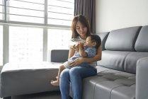 Молода мама годування її дитина молоком з пляшечки — стокове фото