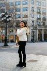 Jovem chinesa caminhando nas ruas de barcelona — Fotografia de Stock