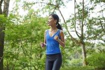 Frau joggt in botanischen Gärten, Singapore — Stockfoto