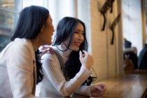 Duas lindas mulheres asiáticas juntas no café — Fotografia de Stock